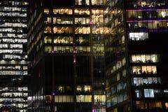 Οι άνθρωποι απασχολούνται στα κτίρια γραφείων Στοκ Φωτογραφίες