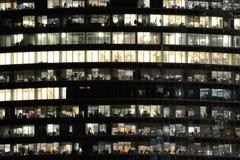 Οι άνθρωποι απασχολούνται στα κτίρια γραφείων Στοκ Εικόνα