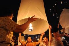 Οι άνθρωποι απελευθερώνουν Khom Loi, τα φανάρια ουρανού κατά τη διάρκεια Yi Peng ή του φεστιβάλ Loi Krathong Στοκ εικόνες με δικαίωμα ελεύθερης χρήσης