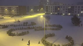 Οι άνθρωποι απολαμβάνουν το χειμώνα στην επίπεδη περιοχή σπιτιών στη χιονοθύελλα πτώσης ισχυρής χιονόπτωσης 4K απόθεμα βίντεο