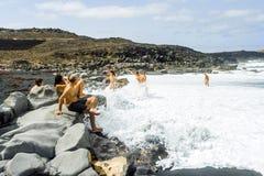 Οι άνθρωποι απολαμβάνουν τα τεράστια κύματα Στοκ Εικόνα