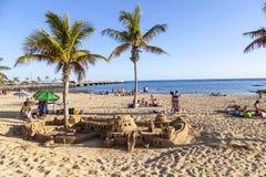 Οι άνθρωποι απολαμβάνουν την παραλία Arrecife και builf τα κάστρα με το u άμμου Στοκ φωτογραφία με δικαίωμα ελεύθερης χρήσης