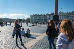 Οι άνθρωποι απολαμβάνουν την τέχνη του μουσικού οδών στο τετράγωνο παλατιών, ST Στοκ φωτογραφία με δικαίωμα ελεύθερης χρήσης
