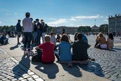 Οι άνθρωποι απολαμβάνουν την τέχνη του μουσικού οδών στο τετράγωνο παλατιών, ST Στοκ Φωτογραφίες