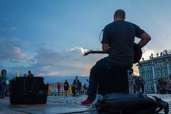 Οι άνθρωποι απολαμβάνουν την τέχνη του μουσικού οδών στο τετράγωνο παλατιών, ST Στοκ Εικόνα