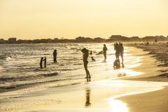 Οι άνθρωποι απολαμβάνουν την όμορφη παραλία σε αργά το απόγευμα στο δελφίνο Ι στοκ φωτογραφίες με δικαίωμα ελεύθερης χρήσης