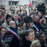 Οι άνθρωποι βαδίζουν σε έναν πολίτη Μάρτιος στο Angouleme, Γαλλία στο 11ο του Ιανουαρίου του 2015 μετά από τη δολοφονία στο Charl Στοκ φωτογραφία με δικαίωμα ελεύθερης χρήσης