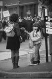 Οι άνθρωποι βαδίζουν σε έναν πολίτη Μάρτιος στο Angouleme, Γαλλία στο 11ο του Ιανουαρίου του 2015 μετά από τη δολοφονία στο Charl Στοκ φωτογραφίες με δικαίωμα ελεύθερης χρήσης