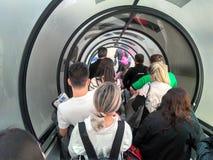 Οι άνθρωποι βγαίνουν το αεροπλάνο στοκ εικόνες