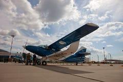 Οι άνθρωποι βλέπουν τα αεροσκάφη Antonov, ένας-2MC σε μια περιοχή έκθεσης Στοκ φωτογραφία με δικαίωμα ελεύθερης χρήσης