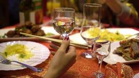 Οι άνθρωποι γιορτάζουν τις διακοπές στο κινεζικό εστιατόριο Φάτε τα τρόφιμα παραδοσιακού κινέζικου κλείστε επάνω απόθεμα βίντεο