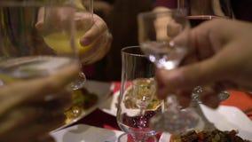 Οι άνθρωποι γιορτάζουν τις διακοπές στο κινεζικό εστιατόριο Φάτε τα τρόφιμα παραδοσιακού κινέζικου κλείστε επάνω Αφήστε το ποτό ` φιλμ μικρού μήκους