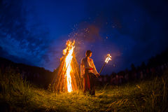 Οι άνθρωποι γιορτάζουν τις διακοπές και το ρωσικό χορό μέσα Στοκ Φωτογραφία