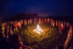 Οι άνθρωποι γιορτάζουν τις διακοπές και το ρωσικό χορό μέσα Στοκ φωτογραφία με δικαίωμα ελεύθερης χρήσης