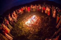 Οι άνθρωποι γιορτάζουν τις διακοπές και το ρωσικό χορό μέσα Στοκ εικόνες με δικαίωμα ελεύθερης χρήσης