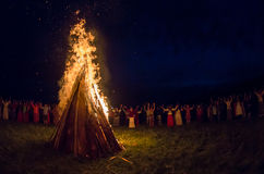 Οι άνθρωποι γιορτάζουν τις διακοπές και το ρωσικό χορό Στοκ Φωτογραφίες