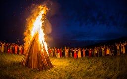 Οι άνθρωποι γιορτάζουν τις διακοπές και το ρωσικό χορό Στοκ εικόνες με δικαίωμα ελεύθερης χρήσης