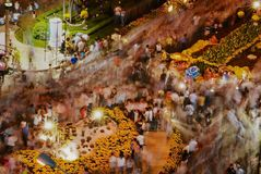Οι άνθρωποι γιορτάζουν το σεληνιακό νέο έτος τη νύχτα στην οδό στο Ho Chi Minh, Βιετνάμ Στοκ φωτογραφία με δικαίωμα ελεύθερης χρήσης