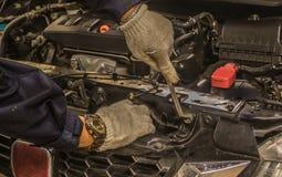 Οι άνθρωποι είναι επισκευή μια χρήση αυτοκινήτων ένα γαλλικό κλειδί και ένα κατσαβίδι για να εργαστούν στοκ φωτογραφία με δικαίωμα ελεύθερης χρήσης