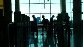 Οι άνθρωποι εγγράφονται στο αεροπλάνο στον αερολιμένα φιλμ μικρού μήκους