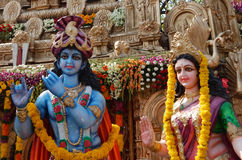Οι άνθρωποι εγκαθιστούν τα είδωλα των ινδών Θεών Krishna και Radha σε έναν pandal την ημέρα Hanuman Jayanti στοκ εικόνες