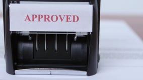 Οι άνθρωποι εισάγουν σε μια συμφωνία συνεργασίας Δυναμική αλλαγή της εστίασης κλείστε επάνω φιλμ μικρού μήκους