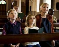 Οι άνθρωποι εκκλησιών θεωρούν την πίστη θρησκευτική στοκ εικόνα