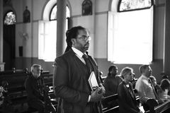 Οι άνθρωποι εκκλησιών θεωρούν την πίστη θρησκευτική στοκ εικόνες
