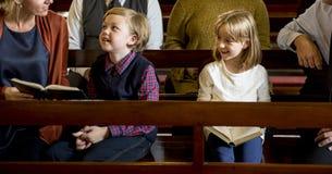 Οι άνθρωποι εκκλησιών θεωρούν τη θρησκευτική οικογενειακή έννοια πίστης στοκ εικόνα