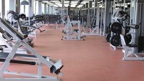 Οι άνθρωποι εκπαιδεύονται για να περπατήσουν treadmill στη μεγάλη γυμναστική απόθεμα βίντεο