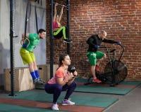 Οι άνθρωποι εκπαιδεύουν στη διαγώνια κατάλληλη γυμναστική Στοκ φωτογραφία με δικαίωμα ελεύθερης χρήσης