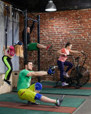 Οι άνθρωποι εκπαιδεύουν στη διαγώνια κατάλληλη γυμναστική Στοκ Φωτογραφίες