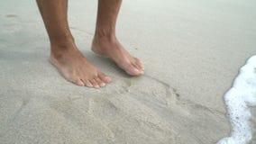 Οι άνθρωποι εκτός από από την καταστροφή, καταστροφή, καταστροφή, αρσενικά πόδια τρέχουν από τη ζημία και καταστρέφουν της πλημμύ φιλμ μικρού μήκους
