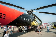 Οι άνθρωποι εξερευνούν το mi-10K ελικόπτερο Στοκ Φωτογραφία