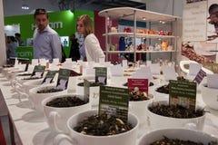 Οι άνθρωποι εξετάζουν τα φλυτζάνια του τσαγιού στο σπίτι Macef παρουσιάζουν στο Μιλάνο Στοκ Εικόνες