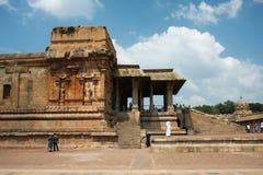 Οι άνθρωποι επισκέπτονται αρχαίος τον ινδό ναό Στοκ Εικόνες