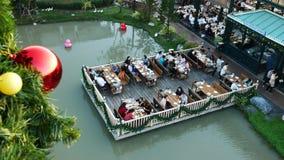 Οι άνθρωποι επισκέπτονται και δειπνούν στο πάρκο και το εστιατόριο σοκολάτας ville στη Μπανγκόκ, Ταϊλάνδη Το decoratio πάρκων και