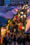 Οι άνθρωποι επισκέπτονται την αγορά Νυρεμβέργη, Γερμανία Χριστουγέννων Στοκ φωτογραφία με δικαίωμα ελεύθερης χρήσης