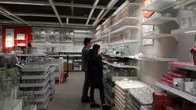Οι άνθρωποι επισκέπτονται την κίνηση καταστημάτων της Ikea timelapse απόθεμα βίντεο