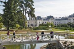 Οι άνθρωποι επισκέπτονται τον κήπο παλατιών Festetics σε Keszthely, Ουγγαρία Στοκ φωτογραφία με δικαίωμα ελεύθερης χρήσης