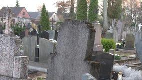 Οι άνθρωποι επισκέπτονται τους τάφους των οικογενειακών μελών στο αγροτικό νεκροταφείο r 4K απόθεμα βίντεο