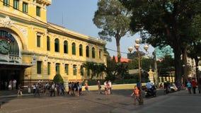 Οι άνθρωποι επισκέπτονται το ταχυδρομείο σε Saigon, Βιετνάμ απόθεμα βίντεο