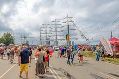 Οι άνθρωποι επισκέπτονται το ψηλό regatta φυλών σκαφών στη Ρήγα Στοκ φωτογραφία με δικαίωμα ελεύθερης χρήσης