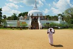 Οι άνθρωποι επισκέπτονται το stupa Lankarama σε Anuradhapura, Σρι Λάνκα Στοκ φωτογραφίες με δικαίωμα ελεύθερης χρήσης