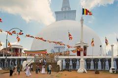 Οι άνθρωποι επισκέπτονται το stupa Ruwanwelisaya σε Anuradhapura, Σρι Λάνκα Στοκ Εικόνα