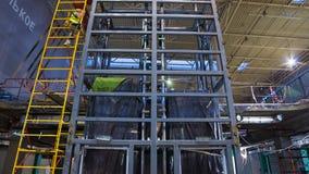 Οι άνθρωποι εργάζονται κοντά στο γκρίζο σφάγιο ανελκυστήρων στην υψηλή σκάλα timelapse απόθεμα βίντεο
