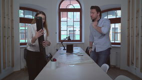Οι άνθρωποι εργάζονται στην αρχιτεκτονική αντιπροσωπεία απόθεμα βίντεο