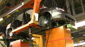 Οι άνθρωποι εργάζονται στη συνέλευση των αυτοκινήτων Lada Kalina (μοντάρισμα μηχανών) στο μεταφορέα του εργοστασίου AutoVAZ, στις φιλμ μικρού μήκους