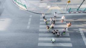 Οι άνθρωποι θαμπάδων κινούνται πέρα από τη για τους πεζούς διάβαση πεζών Στοκ εικόνες με δικαίωμα ελεύθερης χρήσης