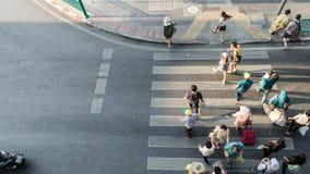 Οι άνθρωποι θαμπάδων κινούνται πέρα από τη για τους πεζούς διάβαση πεζών Στοκ φωτογραφία με δικαίωμα ελεύθερης χρήσης